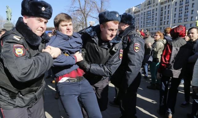 Starcja opozycji z policją na ulicach Moskwy. Ponad 130 zatrzymanych [ZDJĘCIA]