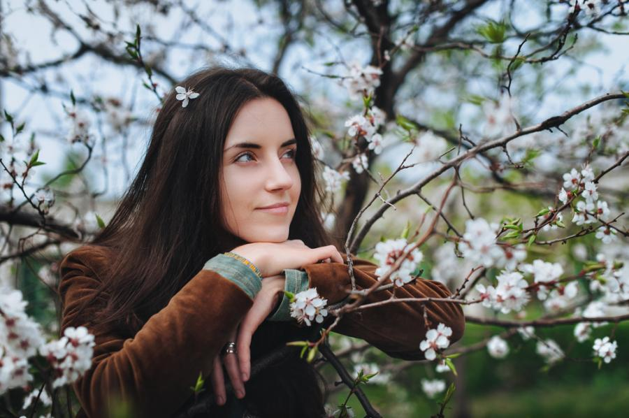 Kobieta wśród kwitnących drzew