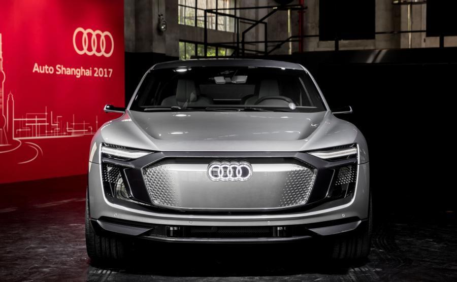 Sterowane cyfrowo jednostki diodowe Matrix LED z przodu i z tyłu Audi e-tron Sportback wytwarzają strumień światła