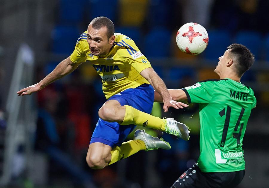 Piłkarz Arki Gdynia Marcus Vinicius (L) i Gabriel Matei (P) z Górnika Łęczna