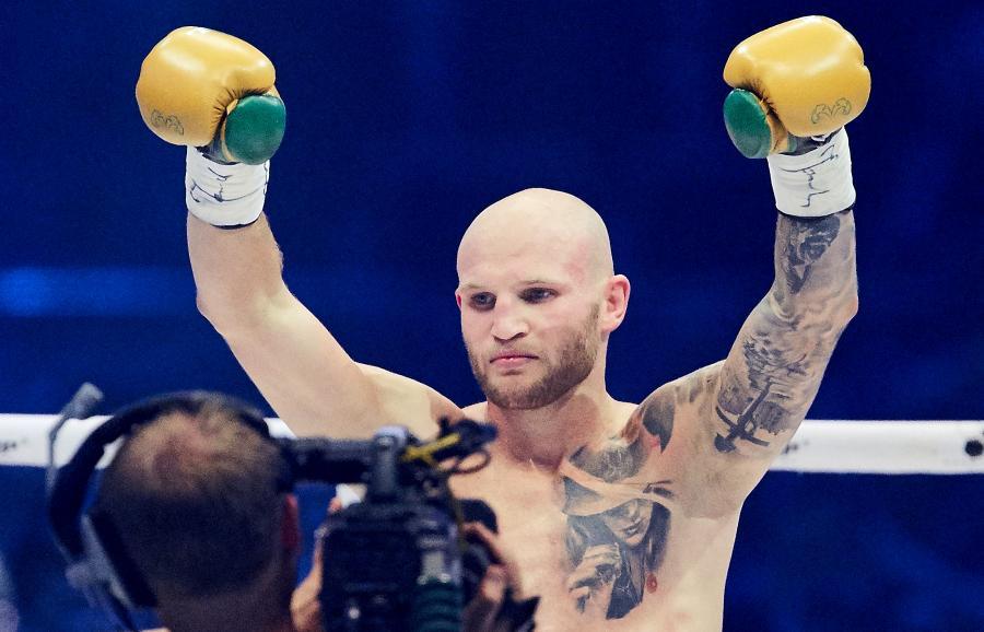 """Maciej """"Striczu"""" Sulęcki cieszy się z wygranej przed czasem walki z Damianem Bonelli podczas gali bokserskiej Polsat Boxing Night"""