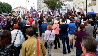 """Sobotnia manifestacja pod hasłem """"Nie oddamy wolnych wyborów!"""" odbyła się na Krakowskim Przedmieściu w Warszawie, przed Pałacem Prezydenckim"""