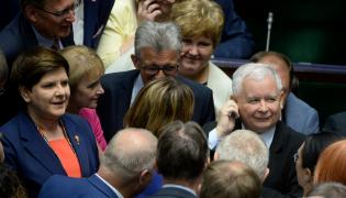 Premier Beata Szydło i prezes PiS Jarosław Kaczyński w otoczeniu polityków PiS na sali plenarnej.
