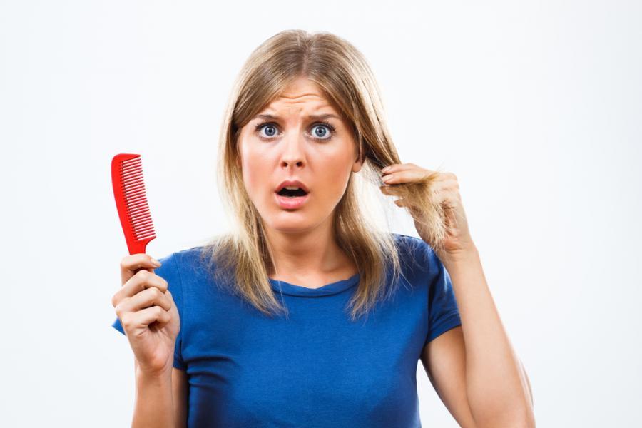 Kobieta zaniepokojona stanem swoich włosów