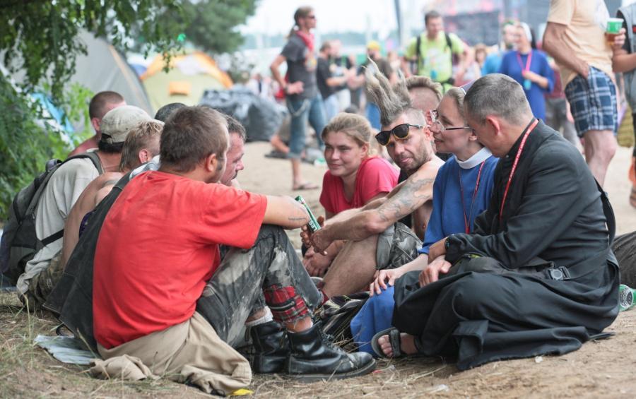 Księża i zakonnice rozmawiają z uczestnikami Przystanku Woodstock
