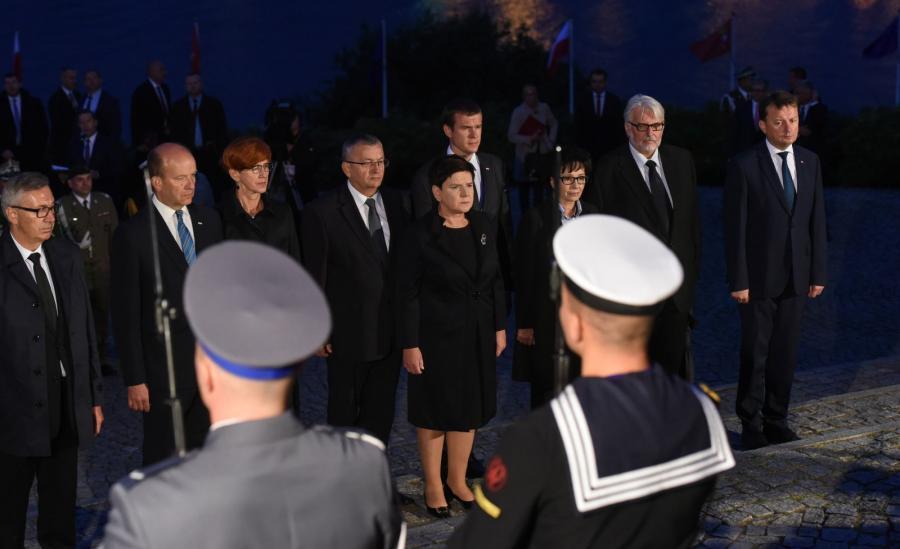 Premier Beata Szydło w otoczeniu członków rządu