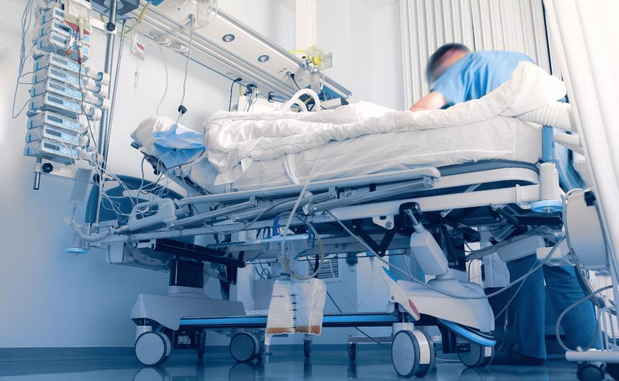 Pacjent na szpitalnym łóżku