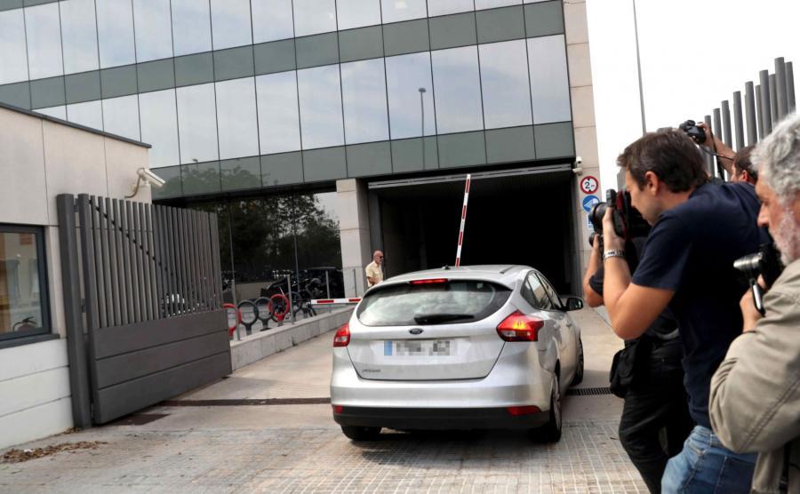 Nieoznakowany radiowóz przed katalońskim Centrum Telekomunikacji