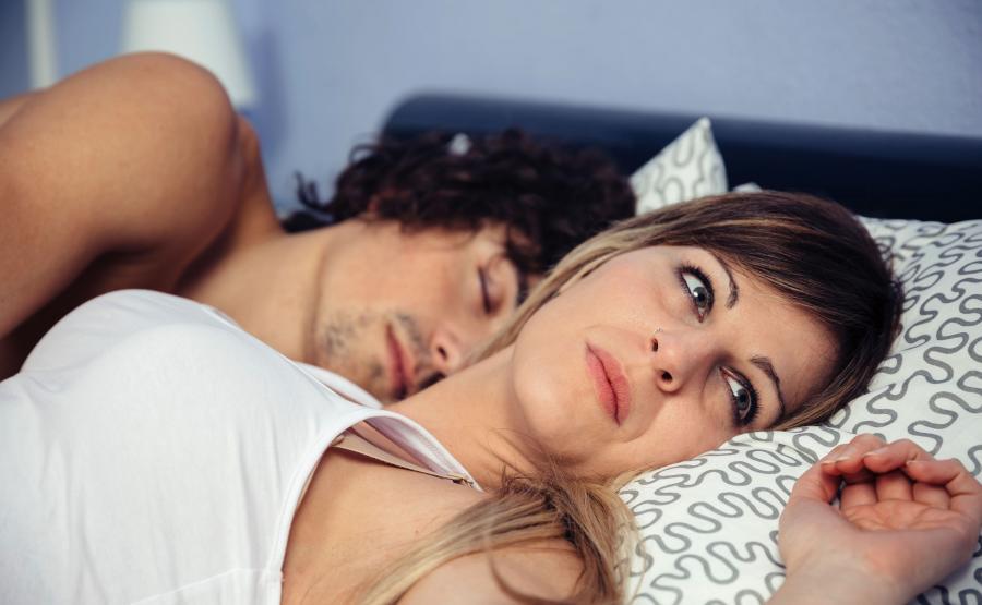 Kobieta z mężczyzną w łóżku