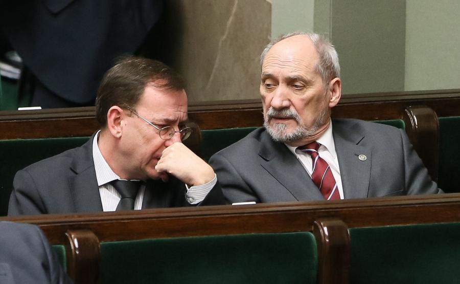 Koordynator służb specjalnych Mariusz Kamiński i szef MON Antoni Macierewicz