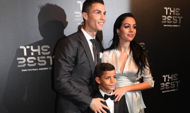 Najlepsi piłkarze na świecie na galę FIFA zabrali swoje piękne partnerki. Niektórzy pokazali też dzieci [FOTO]