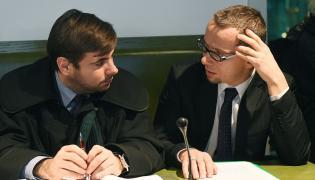 Adwokat Bartosz Tiutiunik (L) i oskarżony Mirosław Topyła (P)