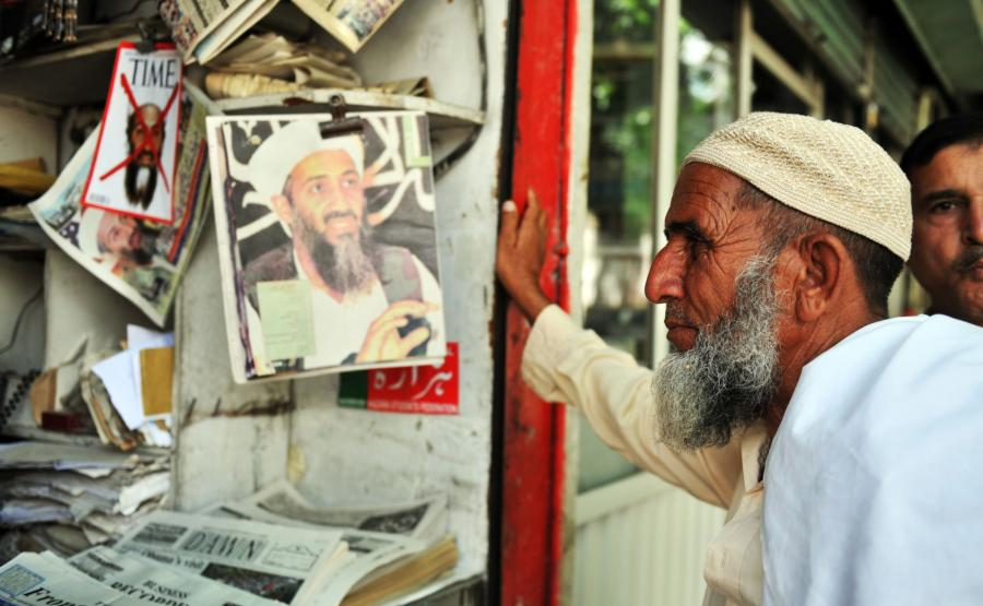 Pakistańczyk czyta informację o śmierci bin Ladena