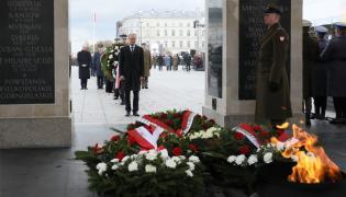Donald Tusk składa kwiaty na Grobie Nieznanego Żołnierza