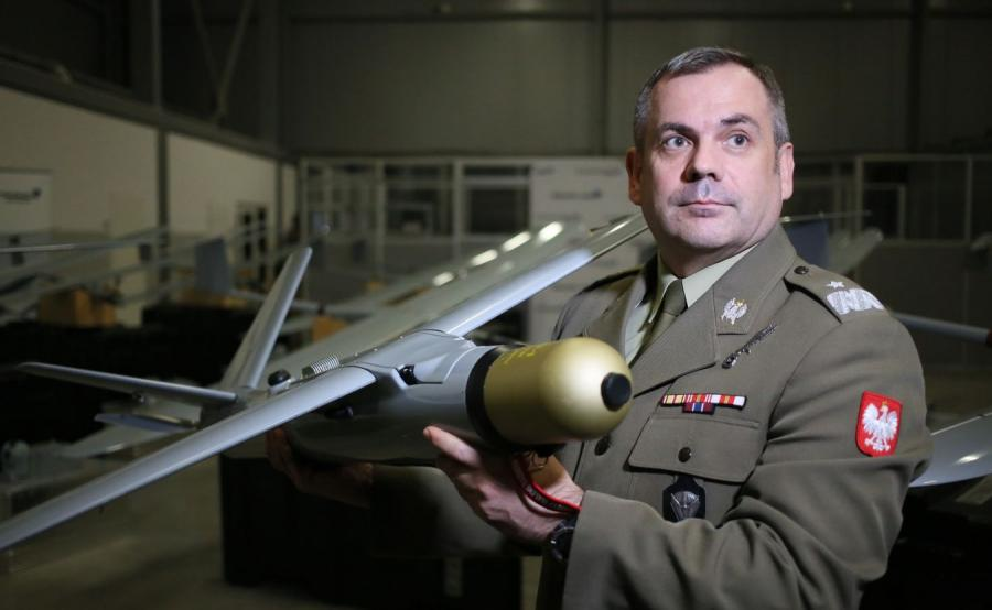 Dowódca Wojsk Obrony Terytorialnej Wiesław Kukuła na spotkaniu po podpisaniu umowy na dostawy zestawów Amunicji Krążącej WARMATE