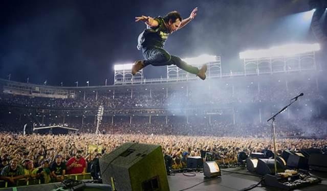 Pearl Jam. Ostatni wielki zespół ze Seattle przyjedzie do naszego kraju 3 lipca 2018 roku. W Krakowie na pewno usłyszmy wielkie przeboje zespołu, który od 1991 roku pokazuje, jak łączyć niepołączalne, czyli być wielką gwiazdą i zachować niezależność.  Bilety: 335 – 375 złotych