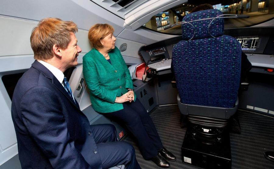 Kanclerz Angela Merkel w pociągu dużych prędkości ICE