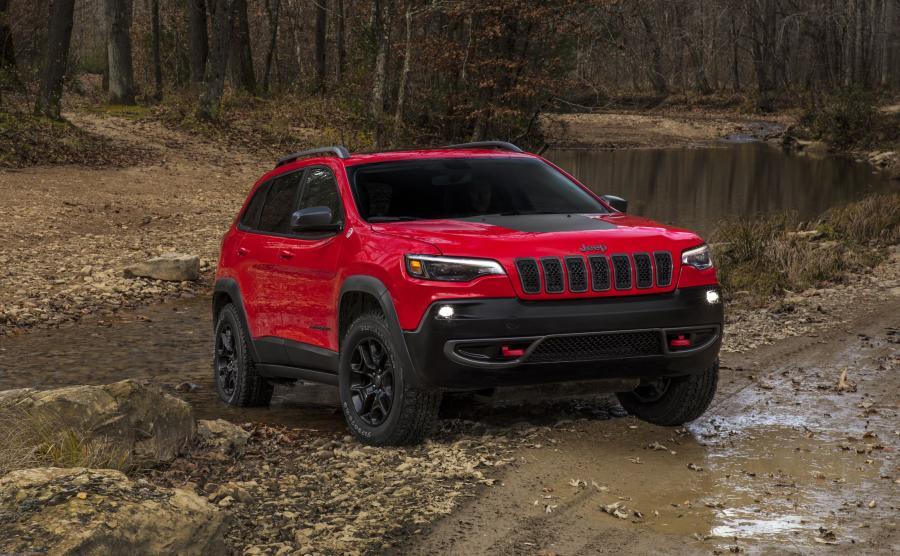 Jeep Cherokee w przystosowanej do offroadu wersji Trailhawk - ma podcięte u dołu zderzaki, zwiększony prześwit i na stałe zamontowane czerwone zaczepy do haków
