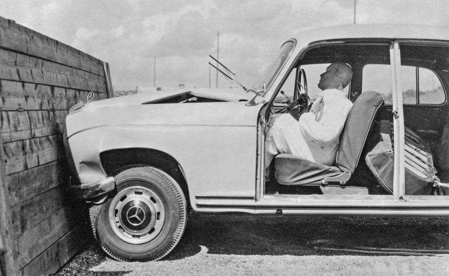Mercedes 220S na początku lat 60. XX wieku reprezentował szczególny postęp w historii motoryzacji - po raz pierwszy nadwozie ze strefami zgniotu projektu Beli Barenyi znalazło zastosowanie w seryjnym samochodzie