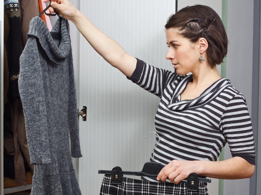 Kobieta ogląda ubrania