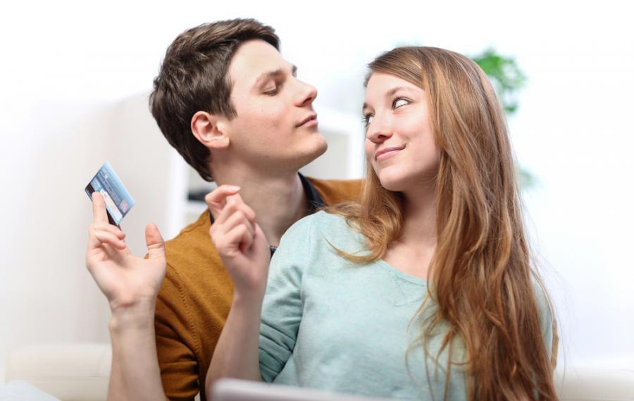 Mężczyzna i kobieta z kartą kredytową