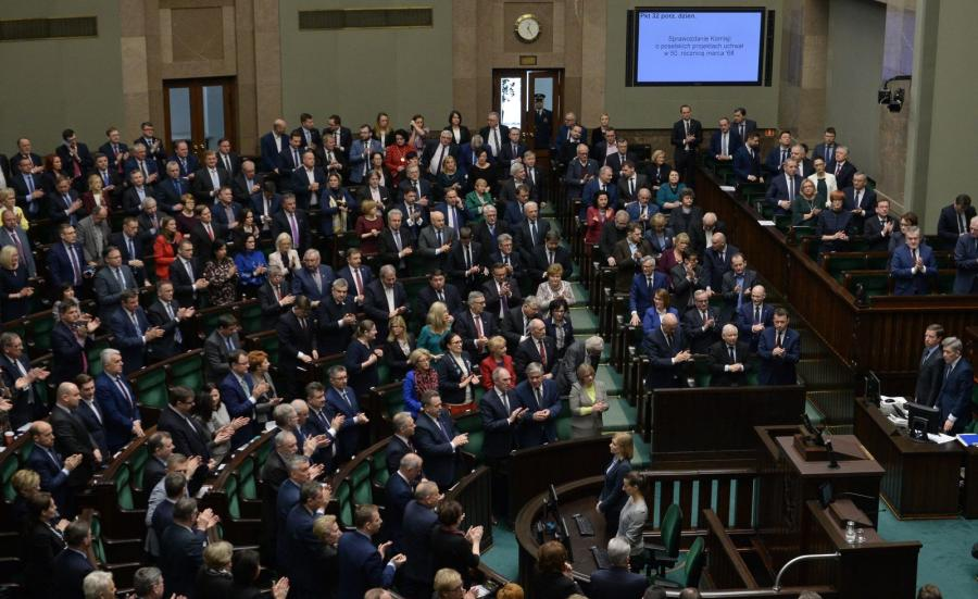 Posłowie podczas przyjęcia uchwały z okazji  50. rocznicy Marca \'68