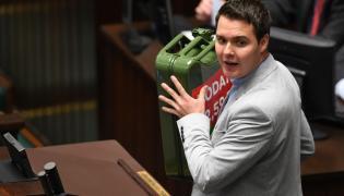 Poseł Łukasz Rzepecki (K'15) wniósł na mównicę kanister, na którym zamieszczona była grafika wskazująca, że 53 proc. ceny paliwa stanowią podatki