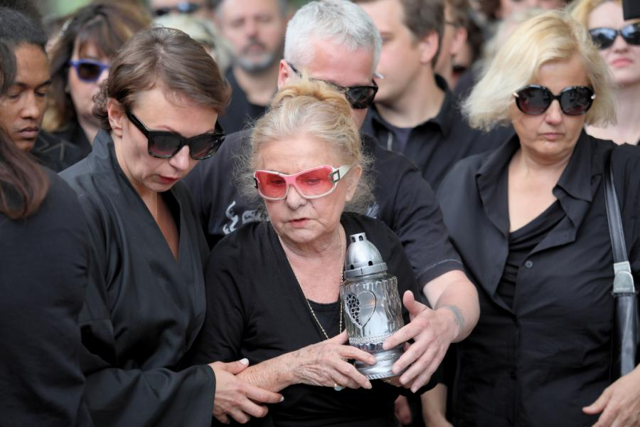 Rodzina i przyjaciele podczas uroczystości pogrzebowych muzyka Roberta Brylewskiego odbyły się, 15 czerwca 2018 roku na warszawskich Powązkach.