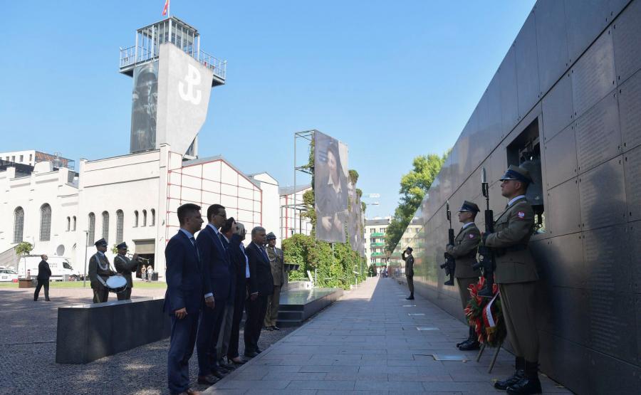"""Premier Mateusz Morawiecki  składa kwiaty przed dzwonem """"Montera"""" gen. bryg. Antoniego Chruściela"""