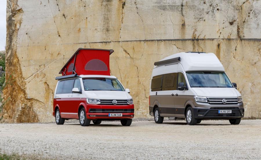 California, po raz pierwszy zaprezentowana w 1988 roku, bazowała na modelu Bulli, aktualnie na T6, jest najbardziej pożądanym kamperem na świecie. Do tej pory Volkswagen Samochody Użytkowe sprzedał ponad 160 tys. takich aut. Niemiecka marka wykorzystała wiedzę zdobytą przy tworzeniu tego kultowego samochodu i na platformie nowego Craftera przygotowała nową Grand Californię. Od teraz obydwie wersje Californii będą oferowane równolegle (na zdjęciu Volkswagen California Ocean i Grand California)