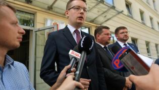 Prezes Ruchu Narodowego, poseł Robert Winnicki, oraz posłowie Kukiz'15 Tomasz Rzymkowski i Bartosz Józwiak podczas konferencji prasowej przed Biurem Bezpieczeństwa i Zarządzania Kryzysowego w Warszawie
