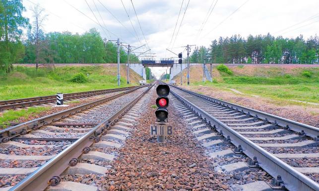 Tragedia na przejeździe kolejowym. Samochód wjechał pod pociąg; nie żyje pięć osób