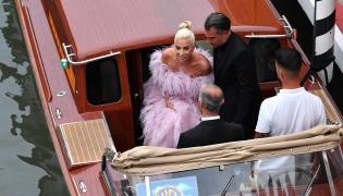 """Lady Gaga przybywa gondolą na pokaz filmu """"Narodziny gwiazdy"""" podczas 75. festiwalu filmowego w Wenecji."""