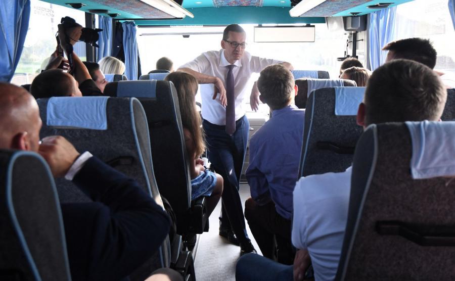 Premier w PiS-busie