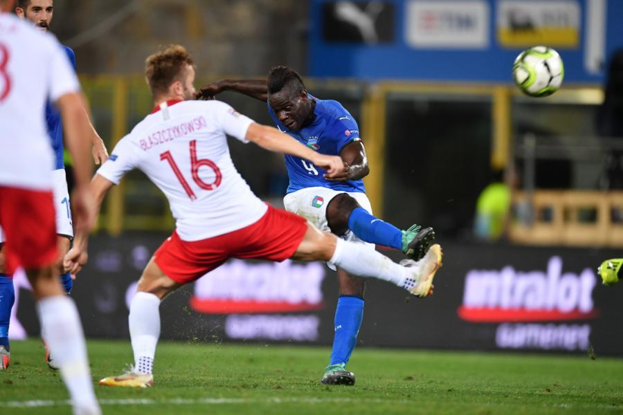 Jakub Błaszczykowski (L) i Mario Balotelli (P)