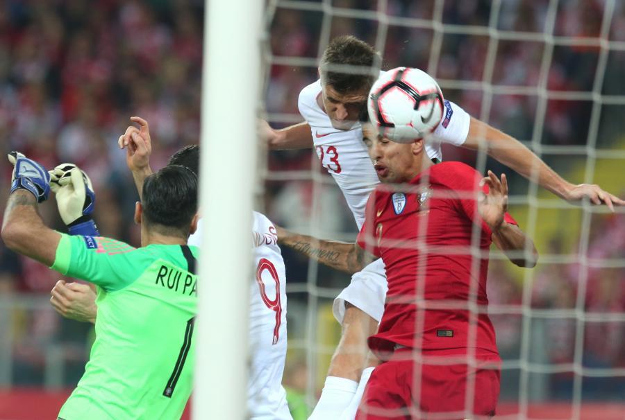 Zawodnik piłkarskiej reprezentacji Polski Krzysztof Piątek (P) strzela bramkę podczas meczu z Portugalią w piłkarskiej Lidze Narodów w Chorzowie
