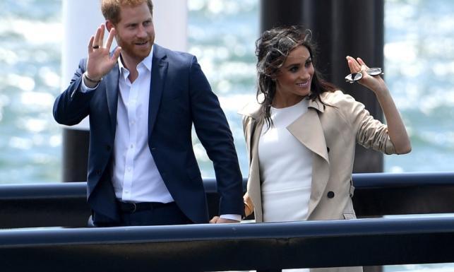 W talii już coś się dzieje! Ciężarna księżna Meghan i książę Harry zaczęli podróż po Australii. FOTO