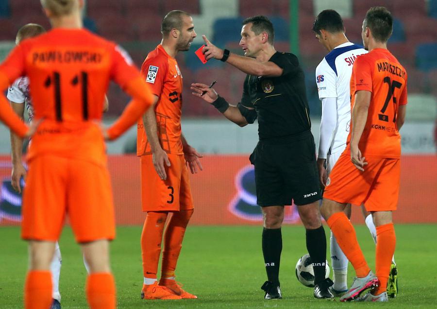 Sędzia Dominik Sulikowski (3P) pokazuje czerwoną kartkę piłkarzowi Górnika Zabrze Sasy Baliciowi (2L) podczas meczu Ekstraklasy z KGHM Zagłębiem Lubin