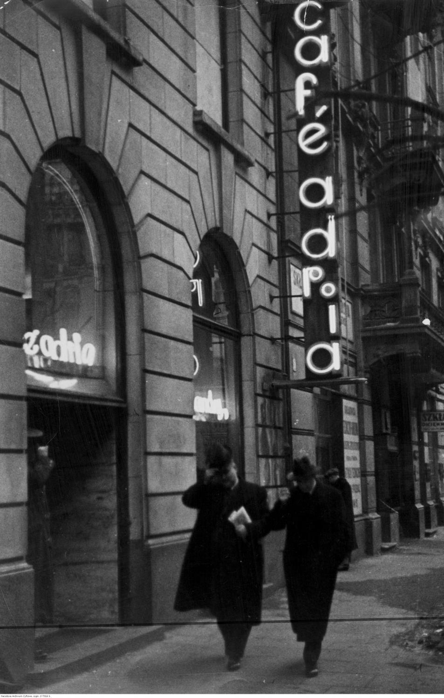 """Kawiarnia """"Adria"""" w Warszawie. Widoczne wejście do kawiarni / 1940 rok"""