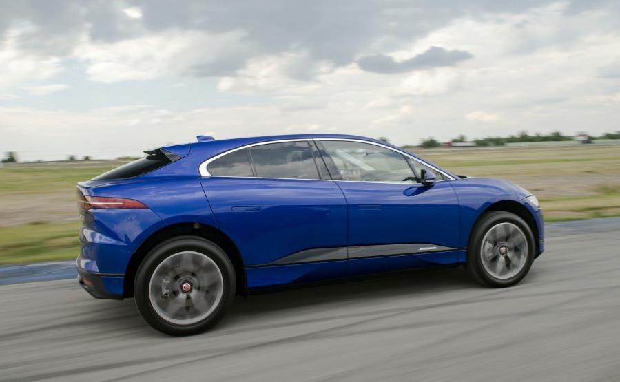 I-Pace przemyka bezszelestnie. W kabinie słychać jedynie delikatny szum opon. Jednak jeśli komuś brakuje dźwięku silnika spalinowego, zawsze może obudzić wbudowany syntezator i posłuchać sztucznego mruczenia Jaguara