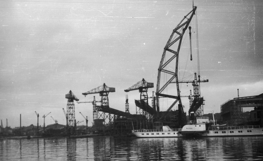 Urządzenia portowe w Gdyni. Na I planie znajduje się statek pasażersko-transportowy \