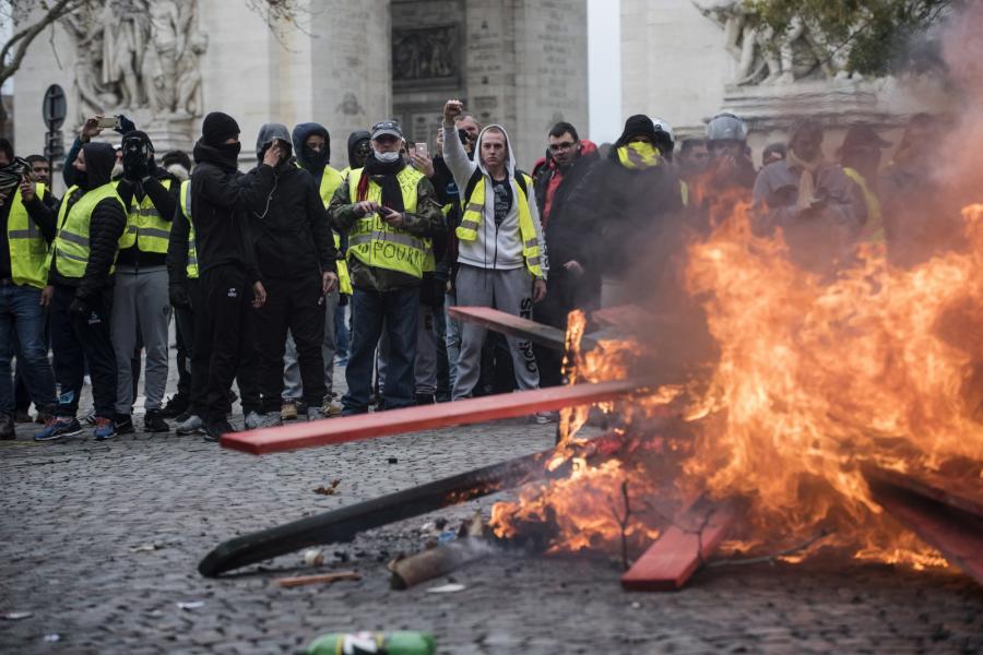 4afef5689 ... starciami z policją na Polach Elizejskich, podpalaniem barykad i  rabowaniem sklepów, francuskie media nie obarczają winą za tę sytuację  protestujących, ...