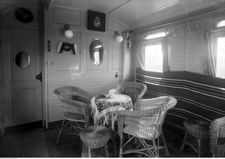 Wnętrze poczekalni wagonu kąpielowego