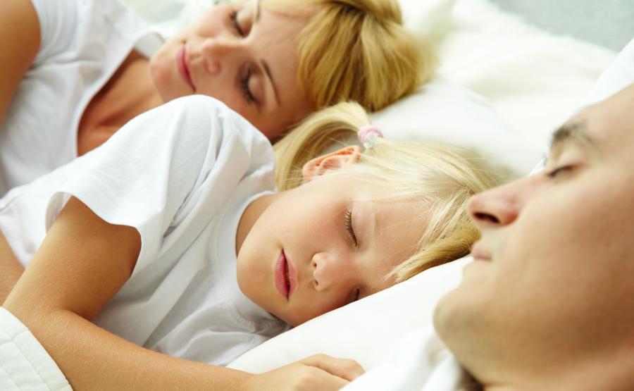 Rodzice śpią z dzieckiem