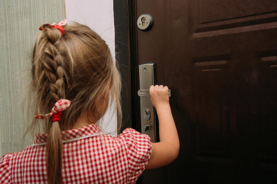 Dziewczynka przy drzwiach