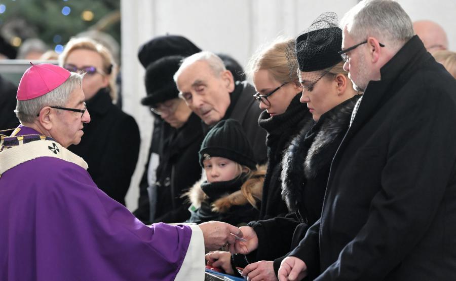 arcybiskup Sławoj Leszek Głódź z rodziną Pawła Adamowicza