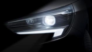 Opel Corsa szóstej generacji. Nowy model będzie dostępny ze światłami IntelliLux LED. Grafika reflektorów jest charakterystyczna dla współczesnych aut niemieckiej marki