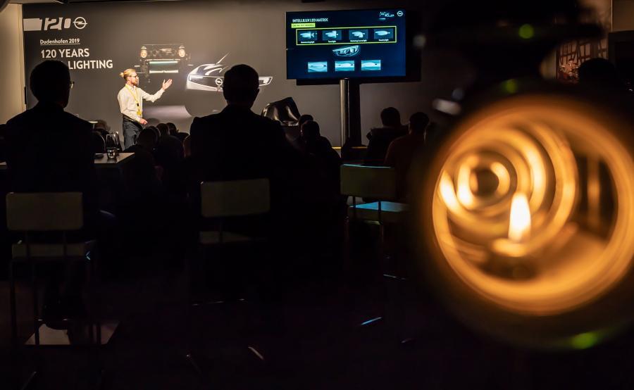 120 lat Opla i 120 lat oświetlenia samochodowego