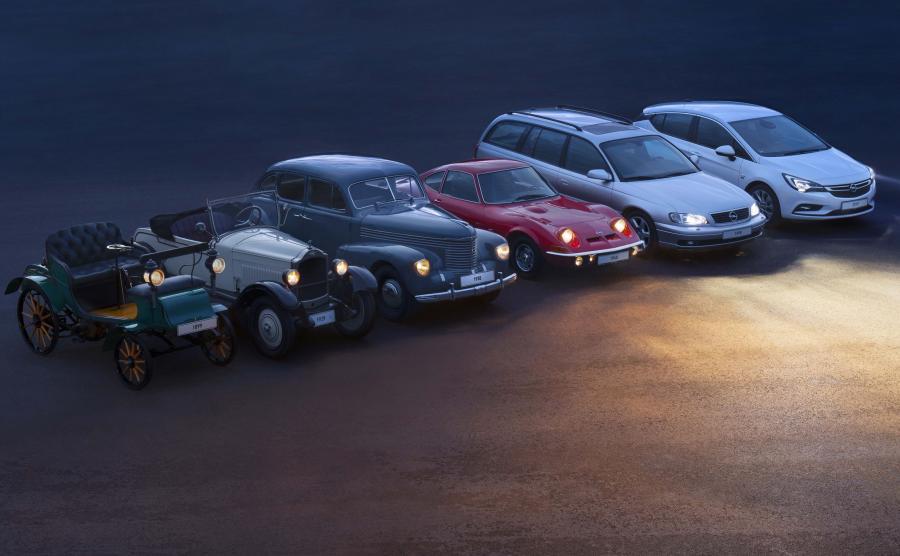 120 lat ewolucji oświetlenia samochodowego Opla na jednym zdjęciu. Od świeczki po diody