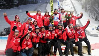 Polski zespół po dekoracji kwiatowej konkursu indywidualnego w skokach narciarskich na mistrzostwach świata w narciarstwie klasycznym